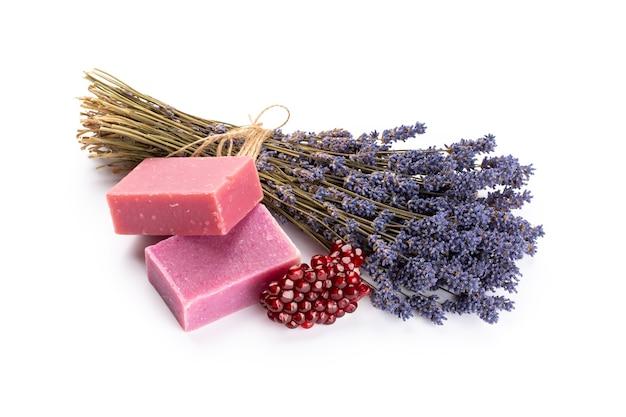Cosmetici naturali con lavanda e melograno, per spa fatta in casa su sfondo bianco vista dall'alto mock up.