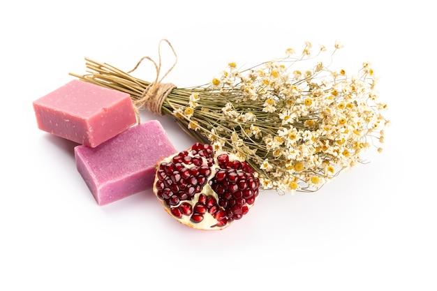 Cosmetici naturali con lavanda e melograno, per spa fatti in casa su sfondo bianco vista dall'alto mock up.