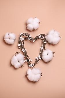 Concetto pastello creativo naturale. fiori di cotone su fondo beige