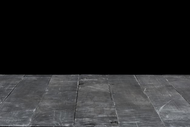 Contesto vuoto strutturato in legno vecchio grigio scuro naturale su sfondo nero. può essere utilizzato per la tua creatività o per montare i tuoi prodotti. utilizzato il focus stacking per creare una profondità di campo completa. Foto Premium