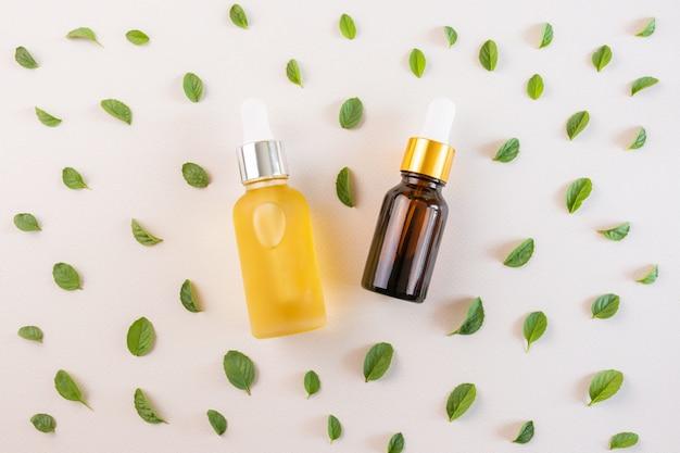 Oli essenziali naturali e foglie di menta fresca