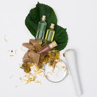 Oli essenziali naturali con erbe secche Foto Premium