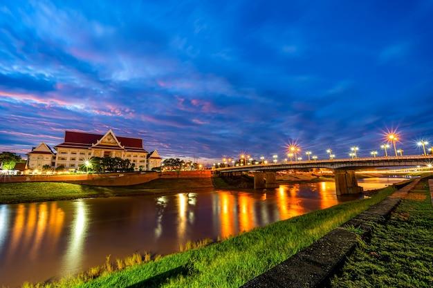 Serata naturale con vista sul fiume nan e sul ponte naresuan nel parco per rilassanti passeggiate, jogging ed esercizio fisico al tramonto nella città di phitsanulok, thailandia.