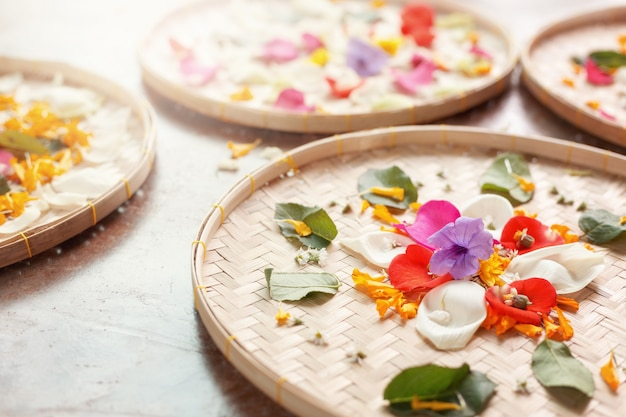 Mandala naturale dei fiori sul canestro di vimini.