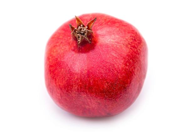 Melograno naturale freschezza, frutto intero del melograno, isolato su bianco