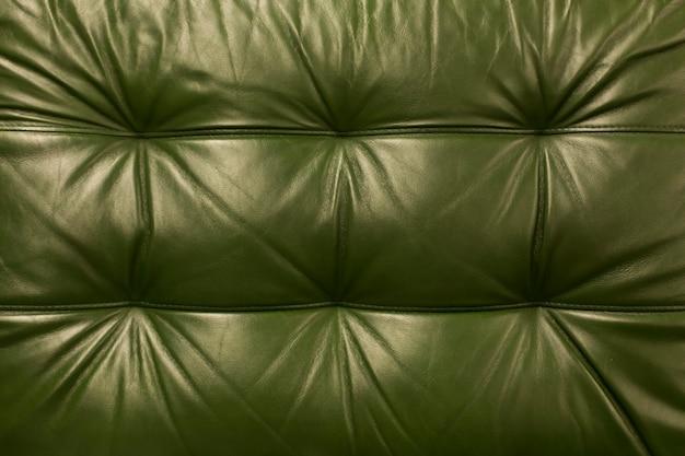 Priorità bassa di cuoio di struttura colorata verde naturale. disegno di sfondo pelle di mucca vintage.