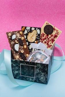 Primo piano di cioccolato artigianale naturale su uno sfondo luminoso.