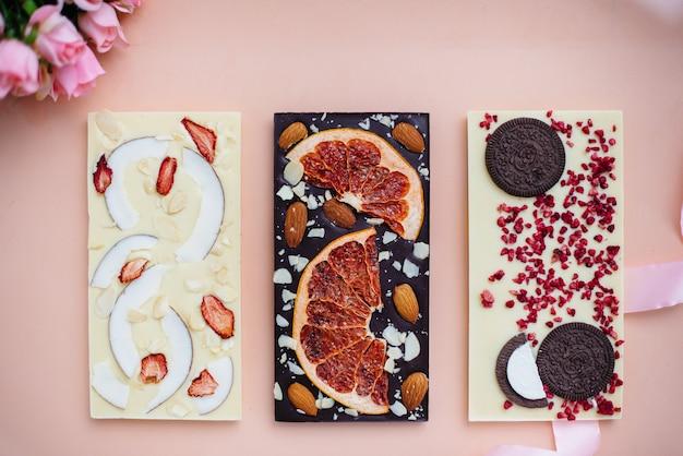 Primo piano naturale del cioccolato artigianale su un luminoso.