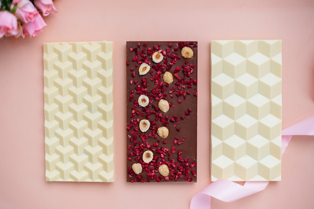 Primo piano naturale del cioccolato artigianale su un luminoso