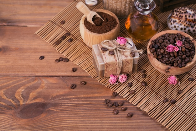 Sapone naturale fatto a mano, olio cosmetico aromatico, sale marino con chicchi di caffè su fondo di legno rustico. cura della pelle sana. concetto di sauna e spa.