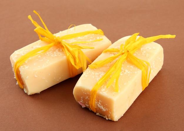Sapone naturale fatto a mano, su marrone