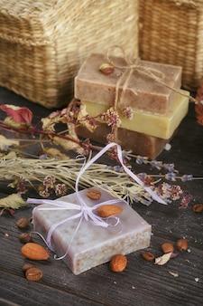 Saponi naturali fatti a mano con sale, chicchi di caffè, cannella, anice stellato e fiori di lavanda essiccati