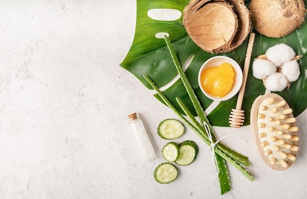 Prodotti naturali per la cura della pelle a base di erbe con miele