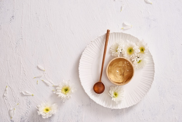 Tè verde del gel levigante a base di erbe naturale per la pelle su sfondo bianco