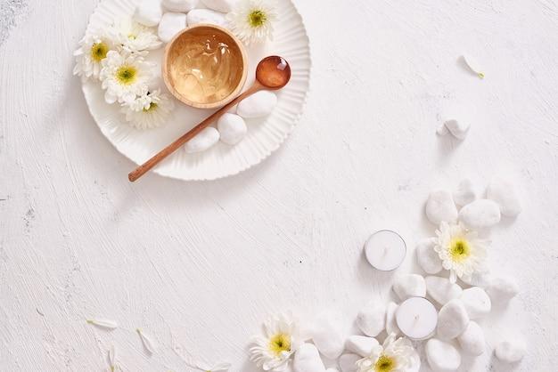 Tè verde del gel levigante alle erbe naturali per la pelle su fondo bianco