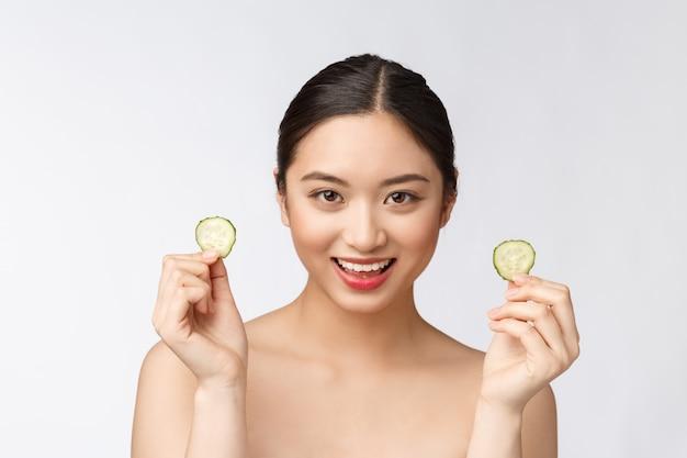 Maschere facciali di cetriolo fresco fatto in casa naturale naturale maschere facciali e sorriso asiatici con cetriolo relax in casa naturale