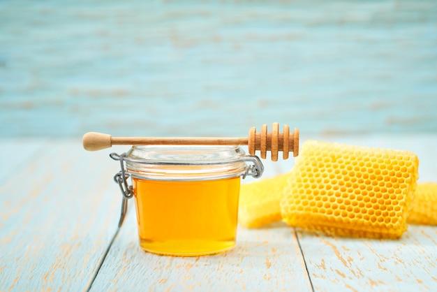 Miele naturale sul tavolo rustico blu,