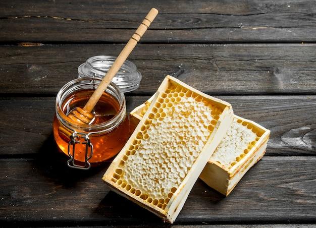 Miele naturale in favi. su un legno.