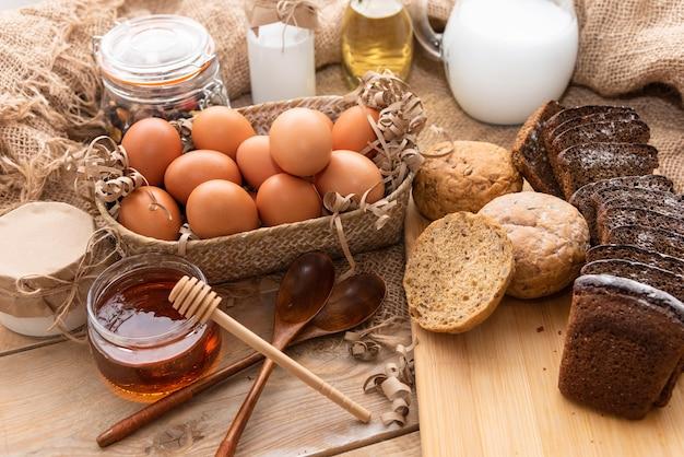 Miele naturale insieme a torte fatte in casa e latticini vari.