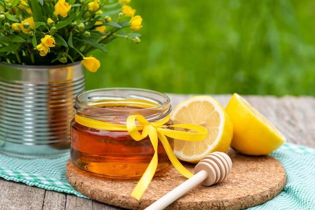 Miele naturale al limone in natura.