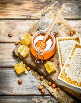 Miele naturale con noci. su un tavolo di legno.