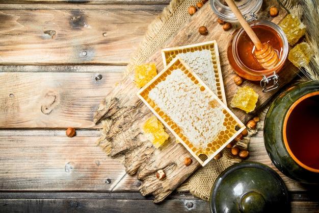 Miele naturale con noci. su un legno.