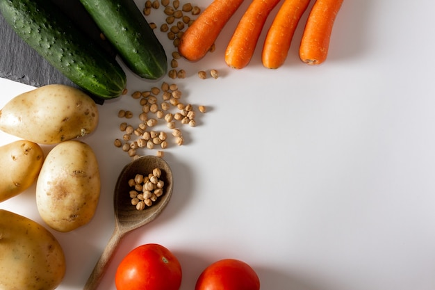 Ingredienti naturali carota patate zucca pomodoro ceci cibo mediterraneo copia spazio