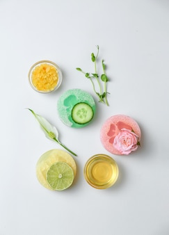 Ingredienti naturali per cosmetici e sapone su bianco