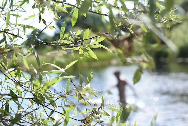 Paesaggio naturale nel fiume con un uomo che fa il bagno nell'acqua