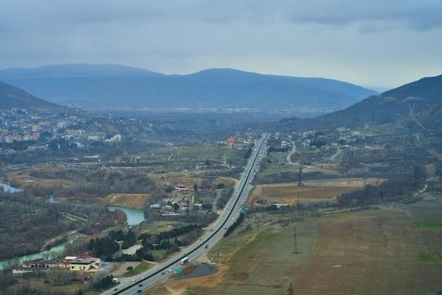 Paesaggio naturale. vista da un'altezza sulla pista vicino al fiume in montagna.