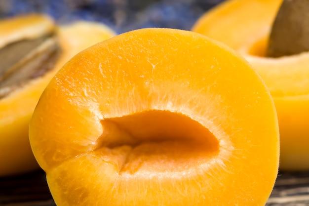 Fiori di lavanda naturale e fette di albicocche arancioni