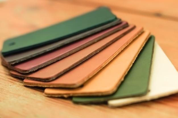Campioni di pelle naturale varietà di sfumature di colori sul tavolo di legno