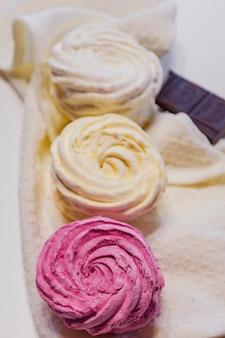 Marshmallow naturali con primo piano al gusto di frutti di bosco e frutta
