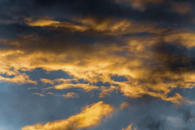 Nuvole soffici di sfondo astratto di meteorologia naturale illuminate da raggi che scompaiono al tramonto