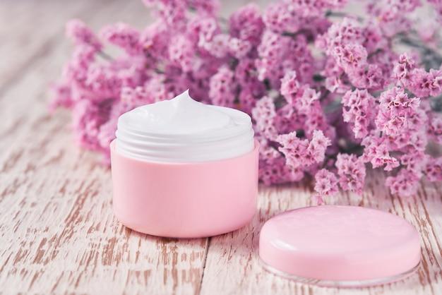 Crema idratante naturale o lozione per il corpo, concetto di cura della pelle antinvecchiamento su un tavolo di legno.