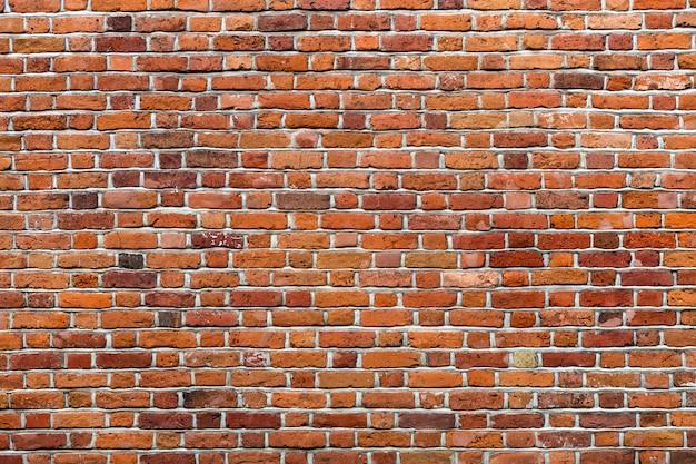 Muro di mattoni solido marrone-rosso stagionato della vecchia annata naturale. spazio astratto copia