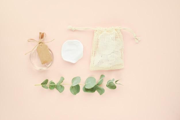 Accessori organici naturali per trattamenti termali su fondo beige. zero sprechi. cura del corpo. cosmetici ecologici. la base per una cartolina. lay piatto, vista dall'alto, copia spazio.