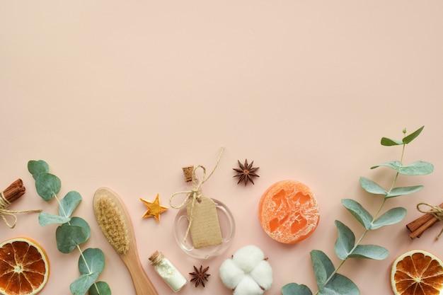 Accessori organici naturali per trattamenti termali su fondo beige. zero sprechi. cura del corpo. cosmetici ecologici. lay piatto, vista dall'alto, copia spazio.