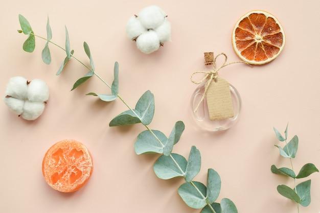Accessori organici naturali per trattamenti termali su fondo beige. zero sprechi. cura del corpo. cosmetici ecologici.