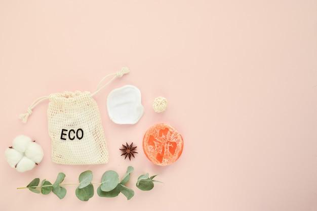 Accessori naturali organici per cure termali su fondo beige zero rifiuti cura del corpo