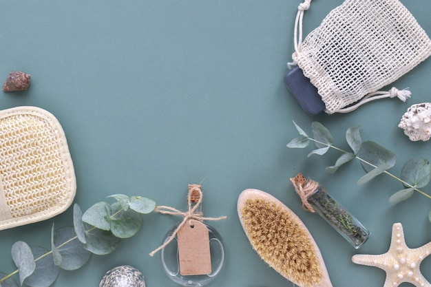 Accessori organici naturali per trattamenti termali su sfondo blu. zero sprechi. cura del corpo. eco-cosmetici. layout piatto, vista dall'alto, un posto da copiare.