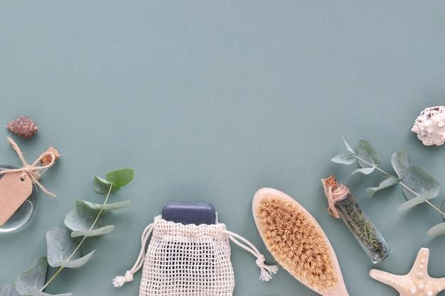 Accessori da bagno organici naturali su sfondo blu. zero sprechi. cura del corpo. eco-cosmetici. layout piatto, vista dall'alto, un posto da copiare.