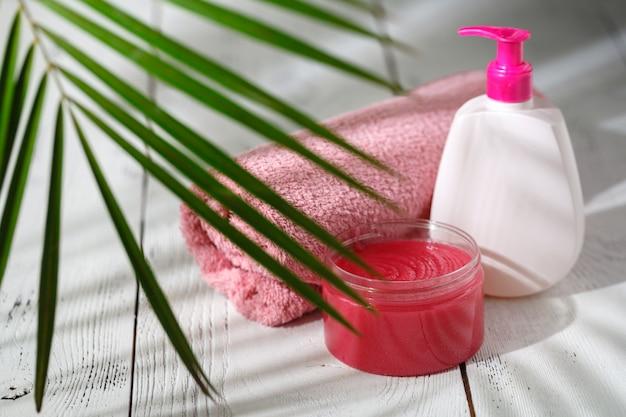 Prodotti da bagno biologici naturali. asciugamano, sapone, bottiglia di shampoo e foglie. bellezza. mockup per il design
