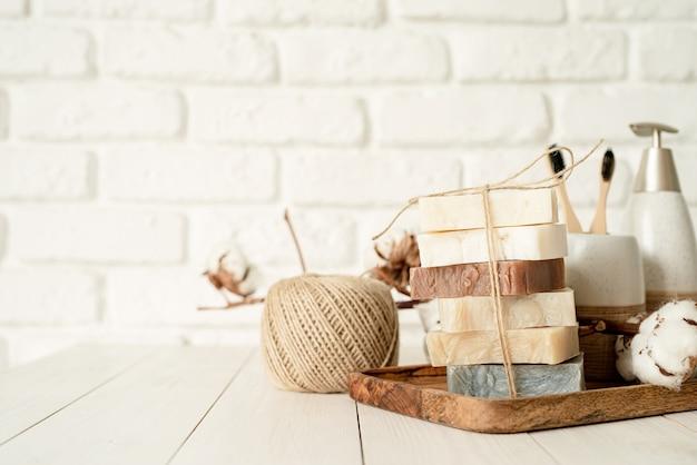Cosmetici biologici naturali. pila di sapone fatto a mano sul fondo del muro di mattoni bianco