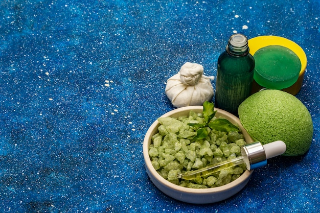 Olio essenziale di tè verde biologico naturale e sale marino. rituale salutare di prendersi cura di se stessi. cosmetici naturali, set spa