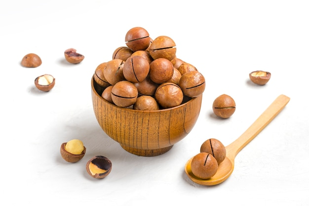 Noci di macadamia organiche naturali nella ciotola