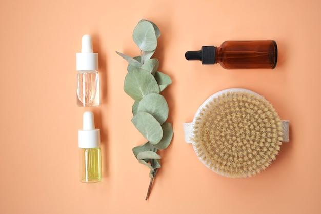 Prodotti cosmetici naturali biologici spa, accessori da bagno ecologici, foglie di eucalipto.concetto di cura della pelle su superficie bianca. lay piatto. vista dall'alto.