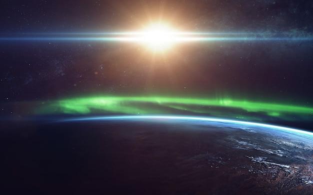 Fenomeno naturale dell'aurora boreale (aurora borealis) correlato al campo magnetico terrestre