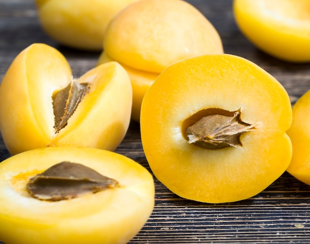 Albicocche arancioni mature e deliziose e affettate naturali durante la cottura si trovano un gruppo di primo piano di frutta albicocca fresca