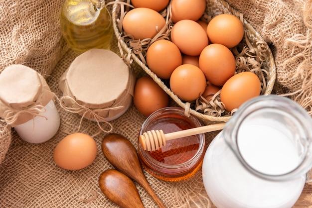 Prodotti rustici naturali per fare e cuocere il pane.